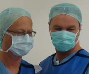 Prof. Dr. med. K. R. Aigner und Ralf Kollinger blicken in die gleiche Richtung bei tumorzerstörenden Therapien.