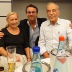 Im Frankfurter Consilium Ralf Kollinger begrüßt schon familiär die Gäste, Inge Poduschka und Horst Poduschka, zwei hinreißend aufrichtige und selbstaufopfernde Menschen, die sich zum Wohle der Patienten aufreiben und einsetzen. Mit Horst Poduschkas zertifiziertem Therapie-Gerät BET -7 der Electro Cancer Therapie, liefert er ein Werkzeug für den Therapeut, dass schonend und Nebenwirkungsarm z. B. maligne Melanome sehr erfolgreich zerstört, im Falle sie noch nicht metastasiert sind.