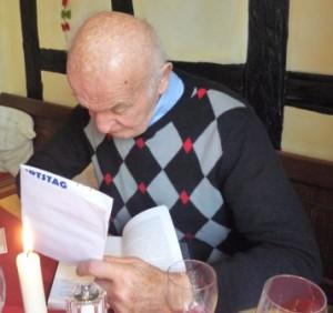 Dr. Nowicky signiert mein Buch Krebsmittel Ukrain. Kriminalgeschichte einer Verhinderung
