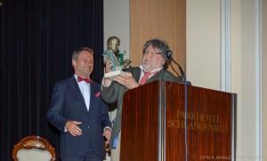 Der Ehrenpreisträger Arzt Alfons Meyer aus Wiebaden empfängt den Award von Ralf Kollinger