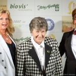 Die Damen nach der Preisübergabe, v.l. Daniela Schulz und Petra Völlinger nehmen die Mama Eva Kollinger in ihre Mitte